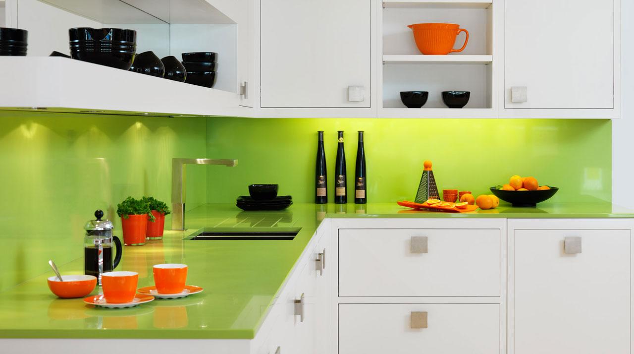 Decor modern verde-portocaliu in bucatarie
