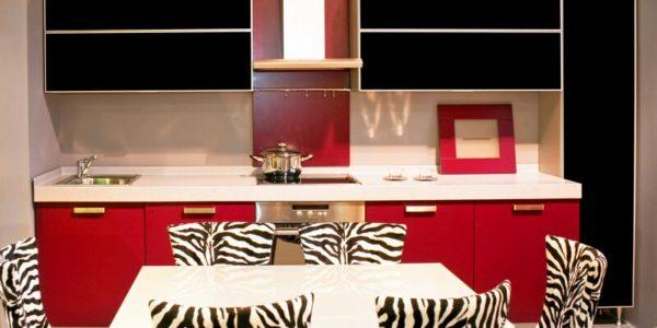 Decor rosu-negru-alb bucatarie