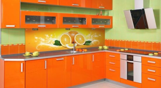 Decor verde-portocaliu in bucatarie