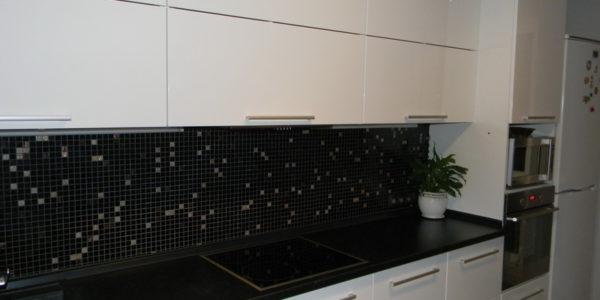 Design alb negru bucatarie mica