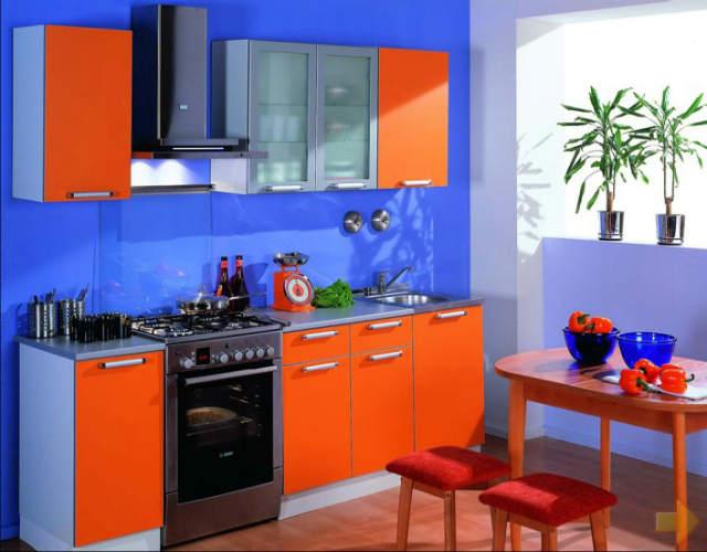Design albastru portocaliu in bucatarie
