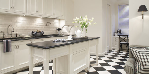 Design clasic alb-negru in bucatarie