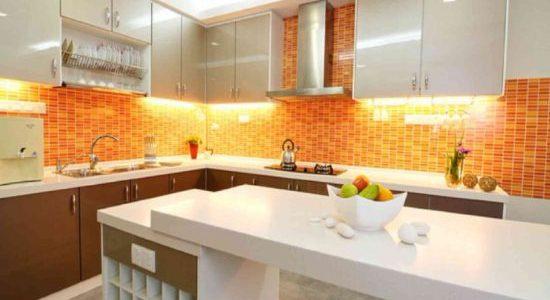 Design modern alb portocaliu bucatarie