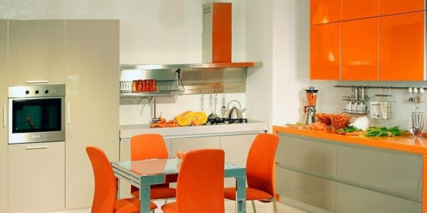 Mobilier alb portocaliu bucatarie