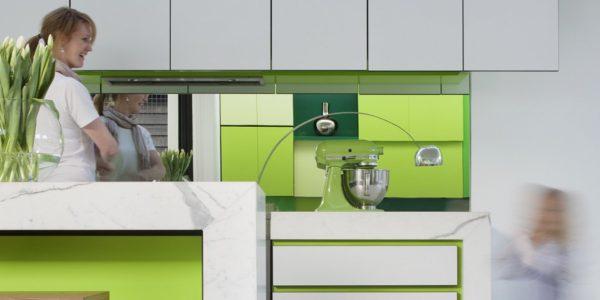 Mobilier alb-verde bucatarie deschisa