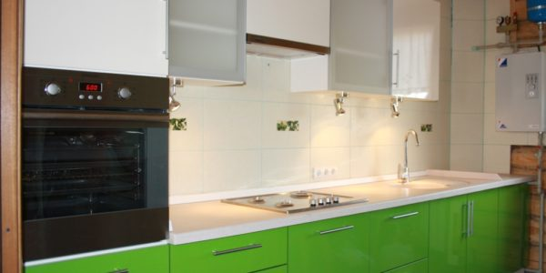 Mobilier alb-verde bucatarie moderna