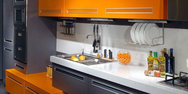 Mobilier gri portocaliu bucatarie