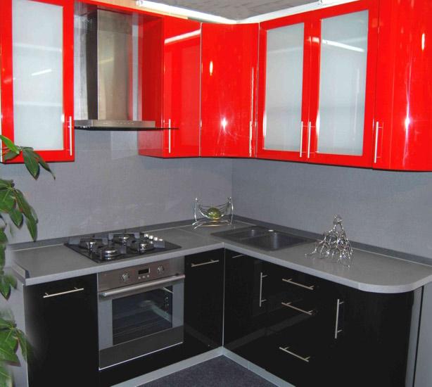 Mobilier rosu-negru de colt pentru bucatarie