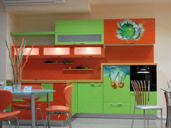 Mobilier verde-portocaliu bucatarie