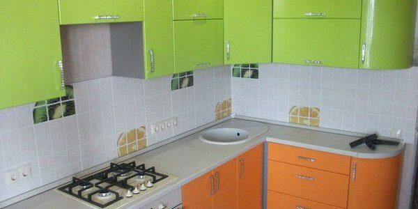 Mobilier verde-portocaliu in bucatarie