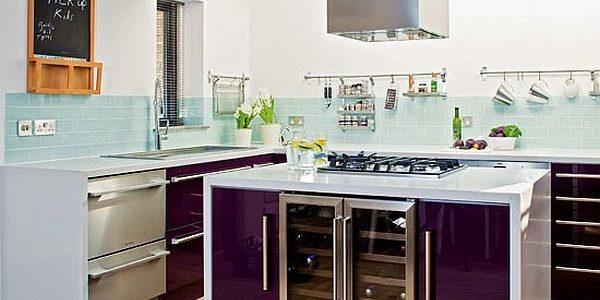 Mobilier violet bucatarie cu insula