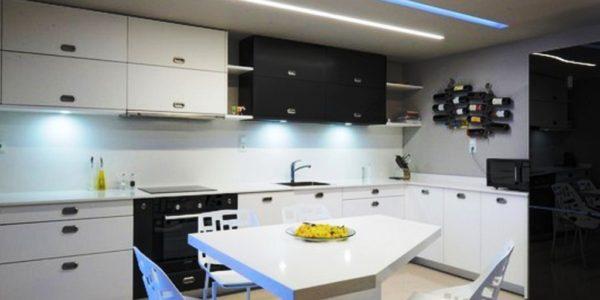Amenajare high-tech bucatarie cu dining