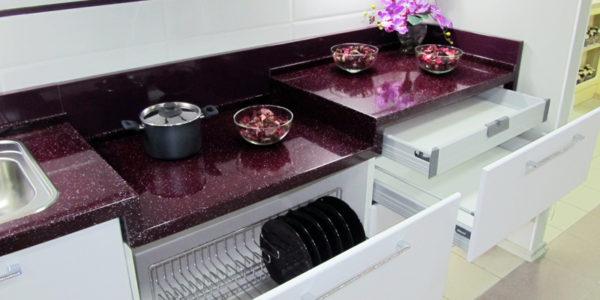 Accente violet aubergine in bucatarie
