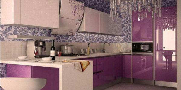 Amenajare eleganta bucatarie cu decor violet aubergine
