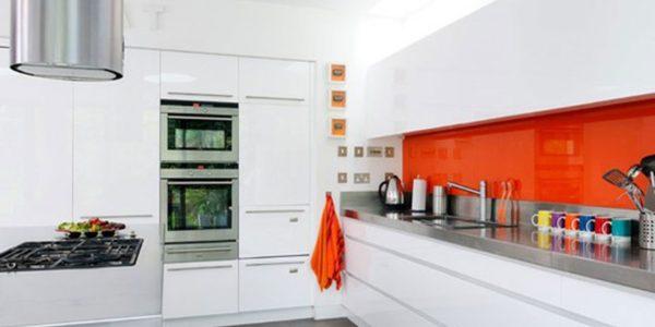 Amenajare eleganta bucatarie in alb-portocaliu