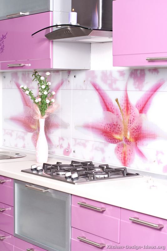 Amenajare roz-alb bucatarie moderna