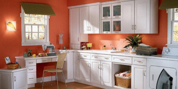 Bucatarie clasica cu decor alb-portocaliu