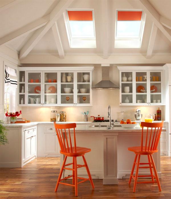 Bucatarie clasica cu design alb-portocaliu