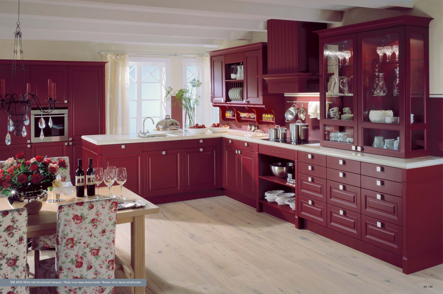 Bucatarie clasica cu mobilier bordo