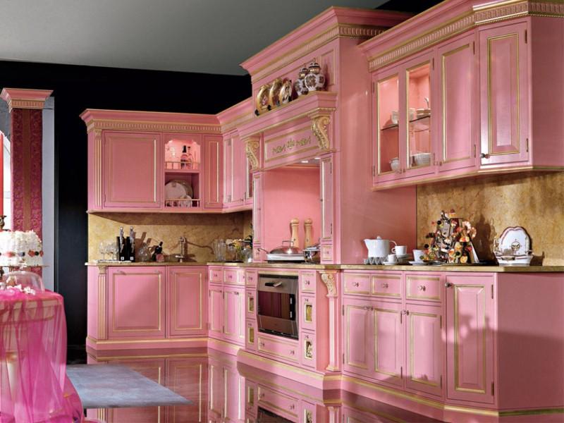 Bucatarie clasica cu mobilier roz