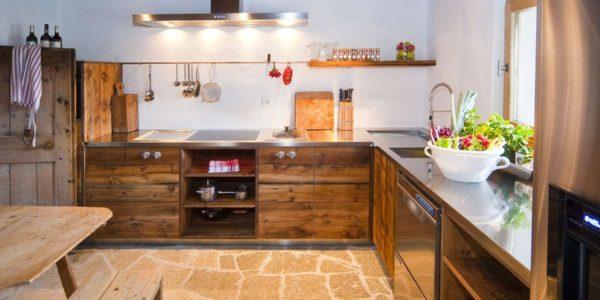 Bucatarie rustica moderna din lemn