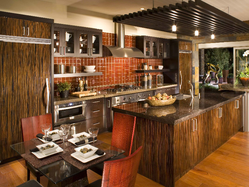 Bucatarie cu bar si decor rustic
