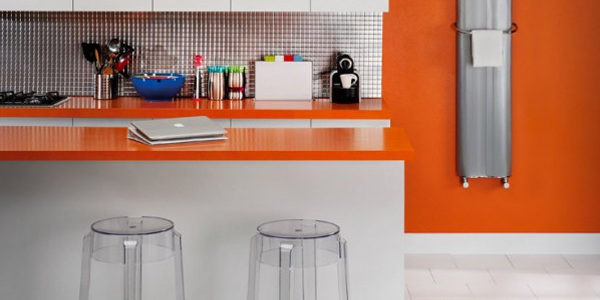 Bucatarie cu decor alb-portocaliu
