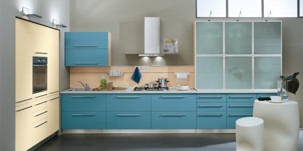 Bucatarie cu decor crem-albastru