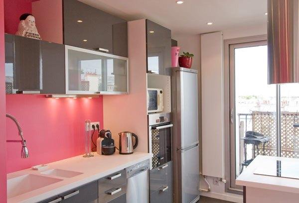 Bucatarie cu decor gri-roz
