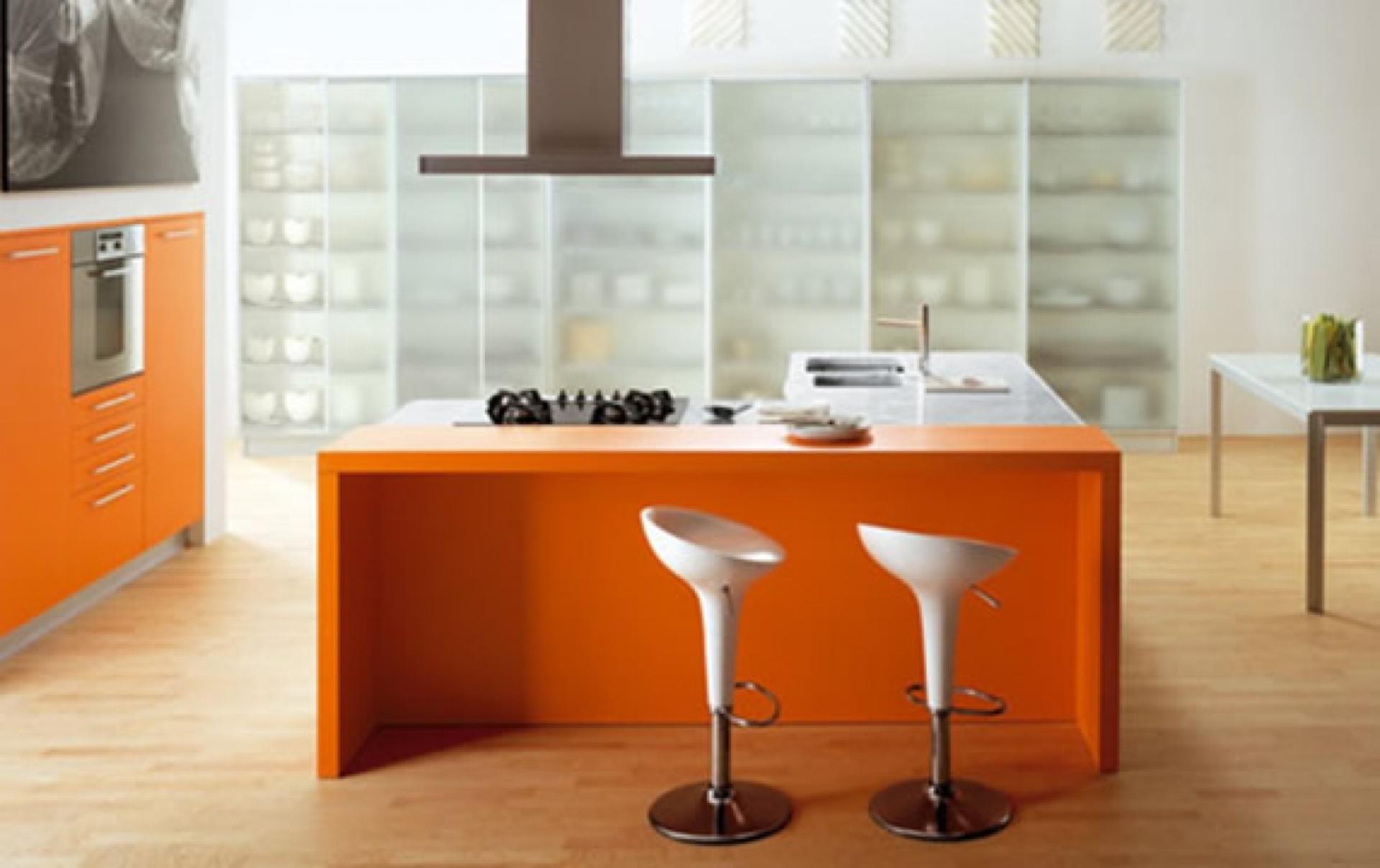 Bucatarie cu design alb-portocaliu