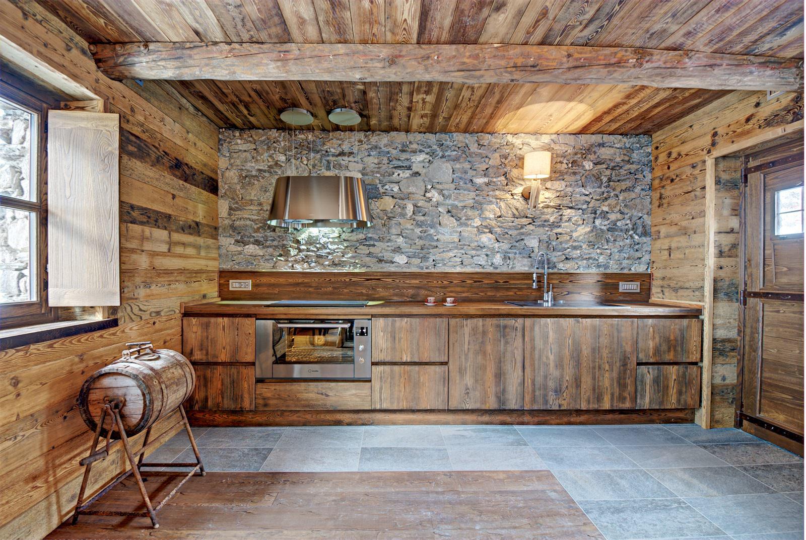 Bucatarie cu perete din piatra