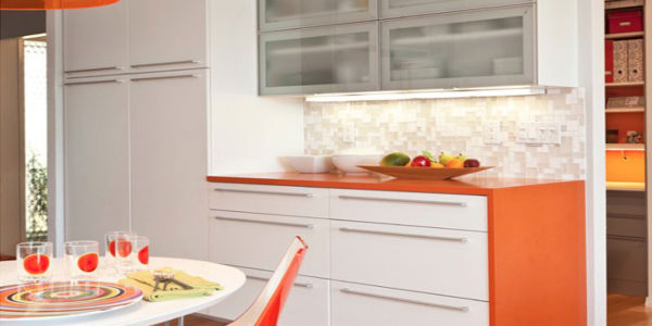 Bucatarie cu dining si decor alb-portocaliu
