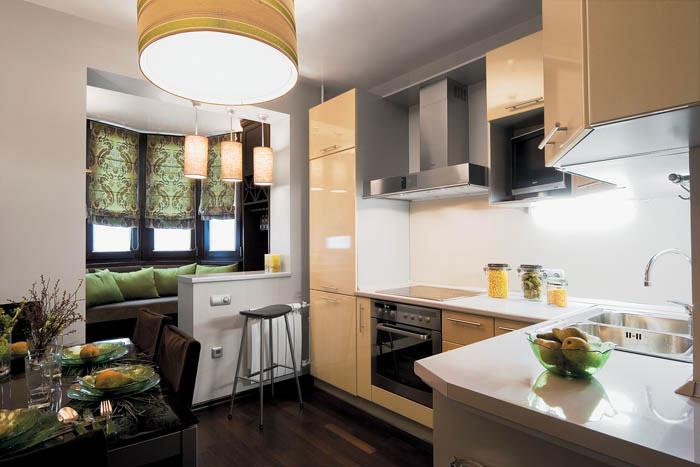 Bucatarie cu dining si decor in culoarea sampaniei
