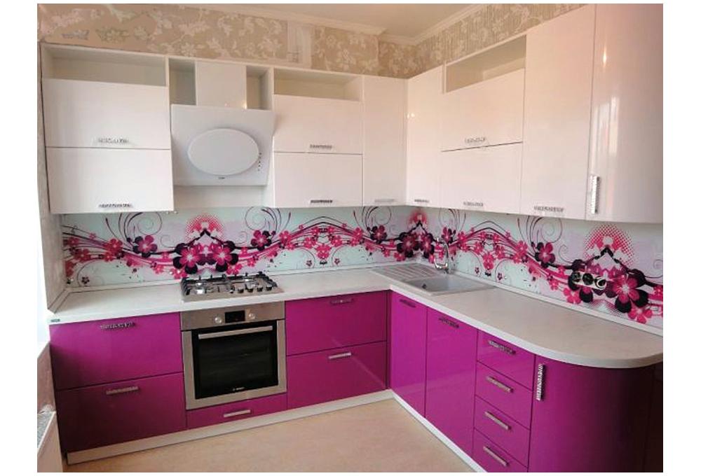 Bucatarie cu mobila roz si alb