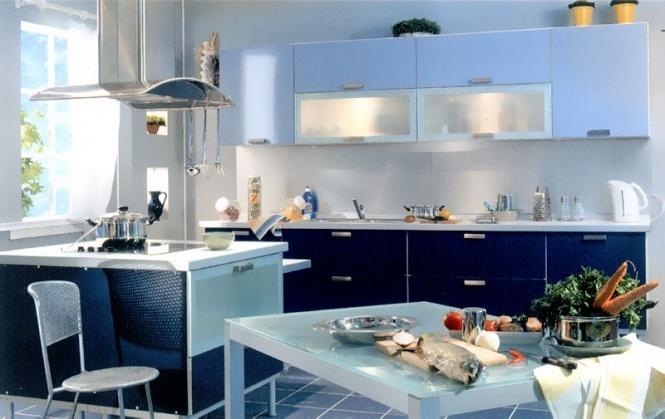 Bucatarie cu mobilier in 2 nuante de albastru