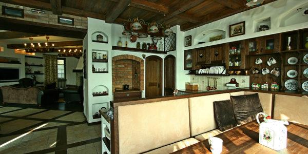 Bucatarie deschisa cu decor rustic