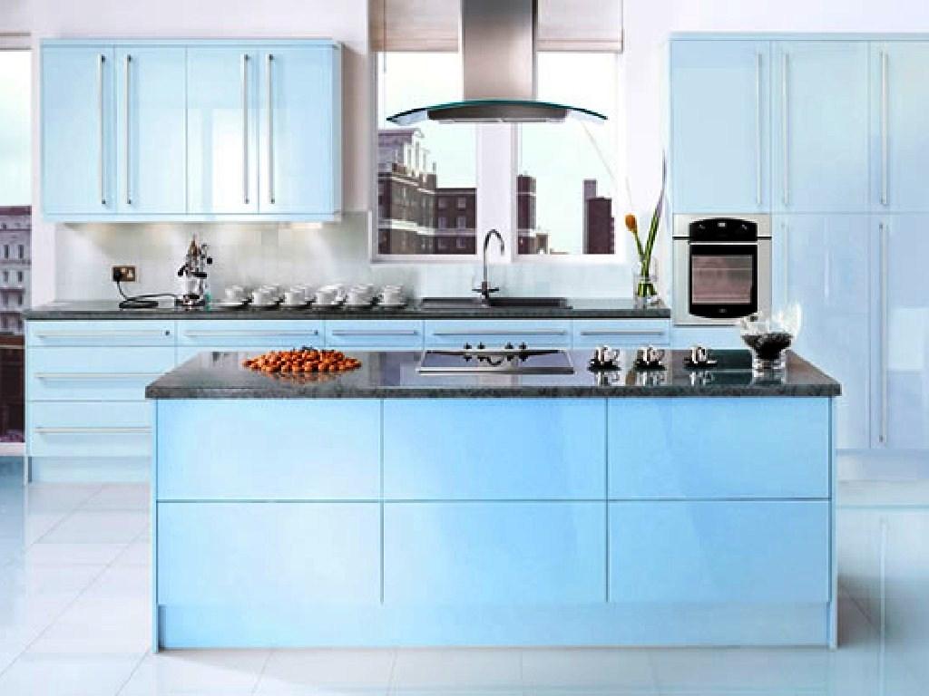 Bucatarie deschisa cu mobilier albastru