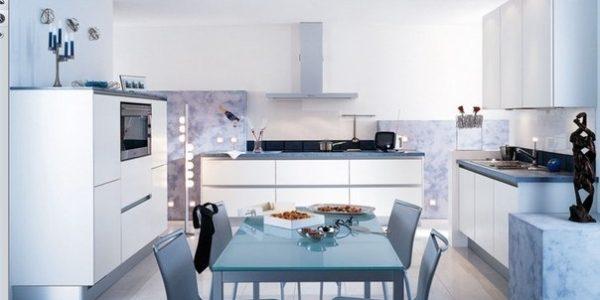 Bucatarie eleganta cu decor alb-albastru