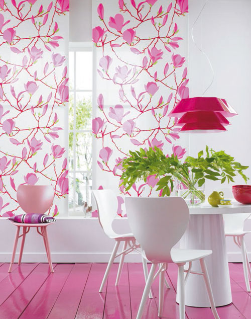 Bucatarie eleganta cu decor alb-roz