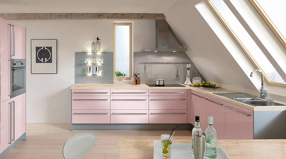 Bucatarie eleganta cu decor roz-alb