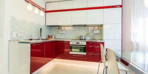 Bucatarie eleganta cu mobilier alb-rosu