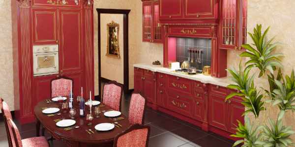 Bucatarie eleganta cu mobilier bordo