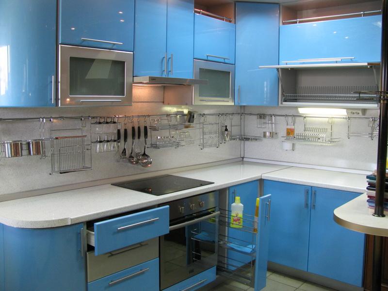 Bucatarie ingusta cu mobilier albastru