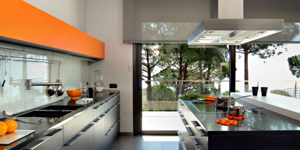 Bucatarie luxoasa cu mobilier negru-portocaliu