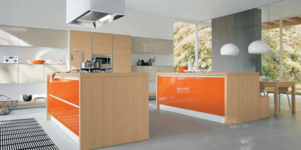 Bucatarie mare cu mobilier portocaliu