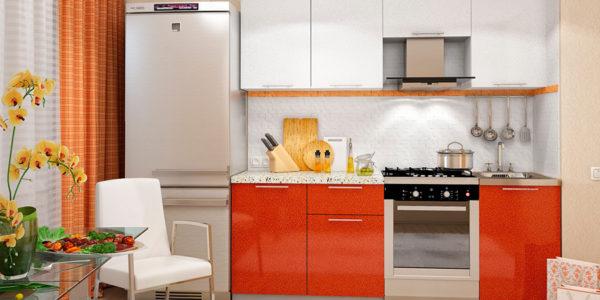 Bucatarie mica cu decor alb-portocaliu