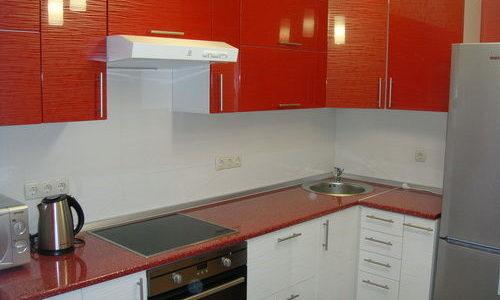 Bucatarie mica cu mobilier alb-rosu