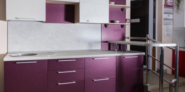 Bucatarie mica cu mobilier alb-violet aubergine