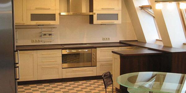 Bucatarie mica cu mobilier in culoarea vaniliei