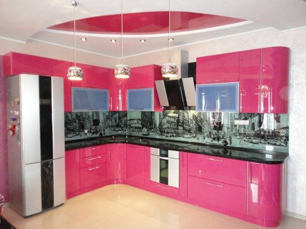 Bucatarie mica cu mobilier roz